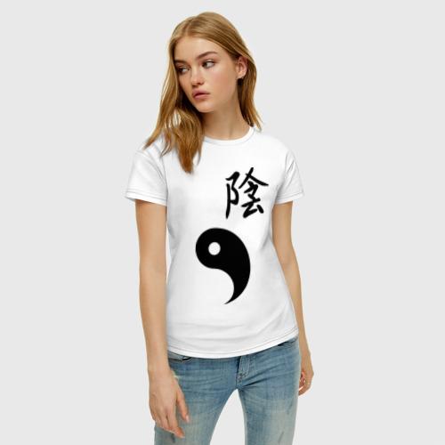 Женская футболка с принтом Инь парная, фото на моделе #1