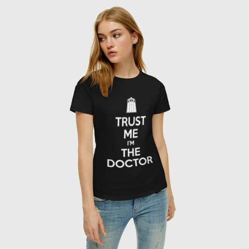 Женская футболка с принтом Trust me I'm the doctor, фото на моделе #1