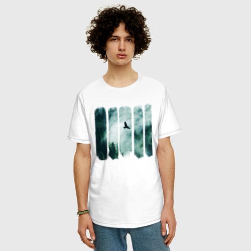 Футболка oversize с принтом Орёл над хвойным лесом, фото на моделе #1