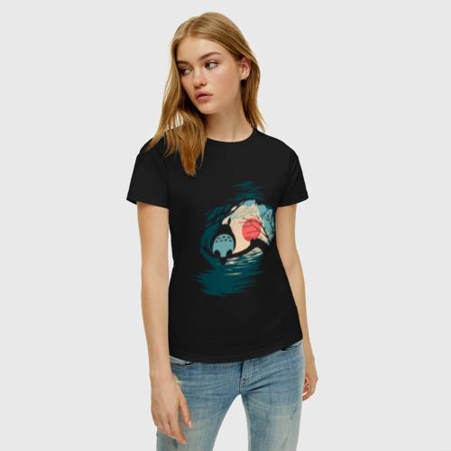Женская футболка с принтом Тоторо в лунном свете, фото на моделе #1
