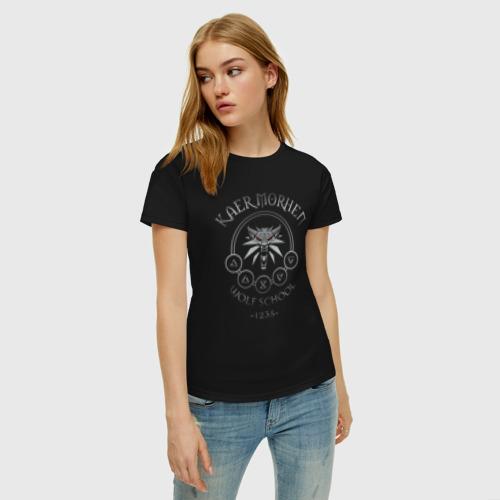 Женская футболка с принтом ВЕДЬМАК КАЕР МОРХЕН ШКОЛА ВОЛКА, фото на моделе #1