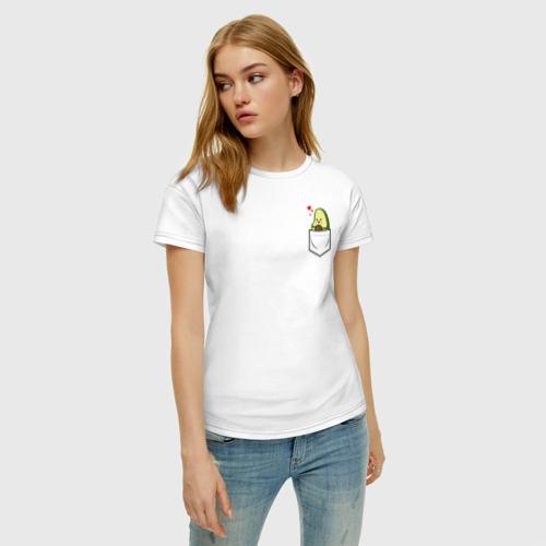 Женская футболка с принтом Авокадо в кармане, фото на моделе #1